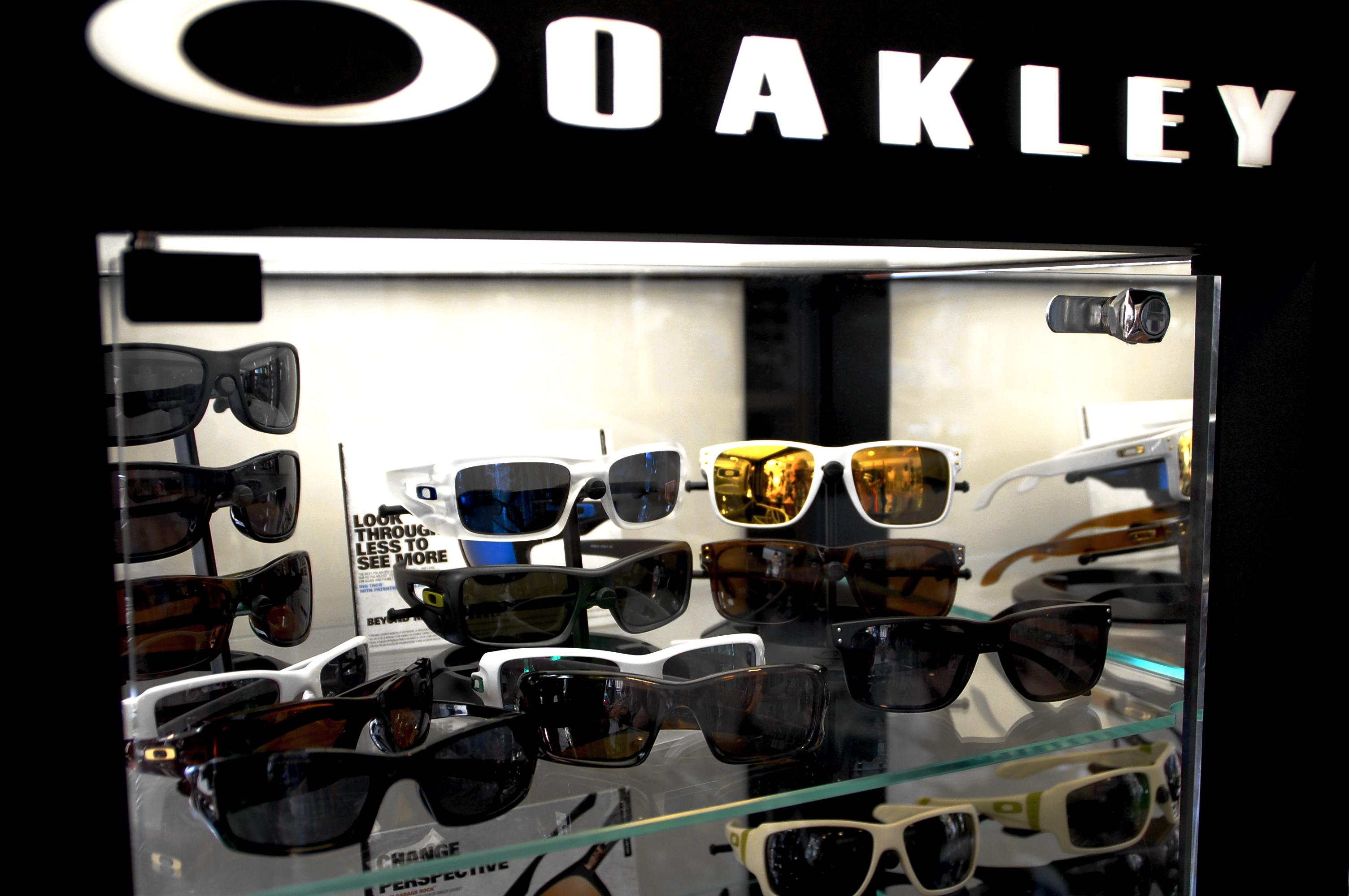 Wer seinen Auge und dem Style was Gutes tuen will, sollte den Weg zu uns  nicht meiden und sich schleunigst die neuen Sonnenbrillen von Oakley  anschauen.